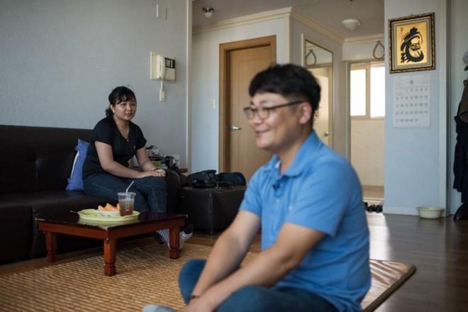 ia đình một cô dâu Việt Nam lấy chồng Hàn Quốc. Ảnh: AFP.