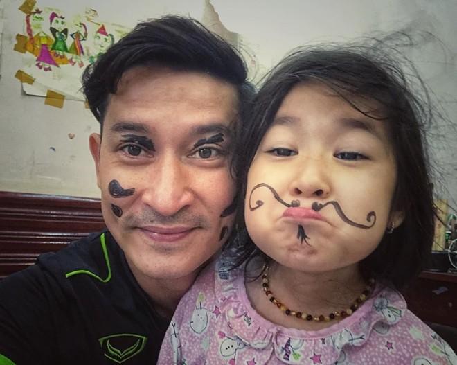 """Diễn viên điển trai Huy Khánh không ngại vẽ nguệch ngoạc lên mặt để làm trò """"mua vui"""" cho con gái yêu. Có vẻ cô bé cũng thừa hưởng không ít khiếu hài hước từ bố nhỉ!"""