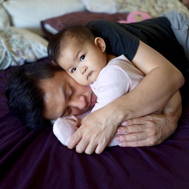 """Hình ảnh Lam Trường ôm chầm lấy công chúa nhỏ và say ngủ khiến cư dân mạng """"rụng tim"""". Cô bé còn rất tình cảm áp má vào mặt của ba."""