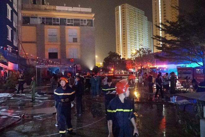 Thượng tá Nguyễn Thanh Hưởng - quyền Giám đốc Cảnh sát PCCC TP.HCM cho biết đến 5h20 sáng 23/3, đã có 12 người thiệt mạng và 14 người bị thương trong đám cháy xuất phát từ tầng hầm giữ xe của chung cư. Ảnh: Thanh Niên.
