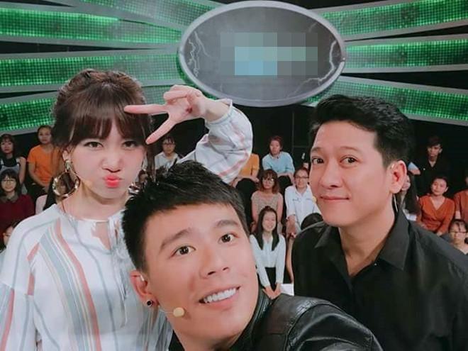Trường Giang có mặt tại buổi ghi hình gameshow mới cùng Hari Won và Anh Huy.