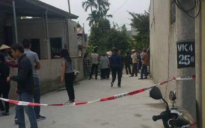Rất đông người dân có mặt tại ngôi nhà nơi xảy ra hỏa hoạn.