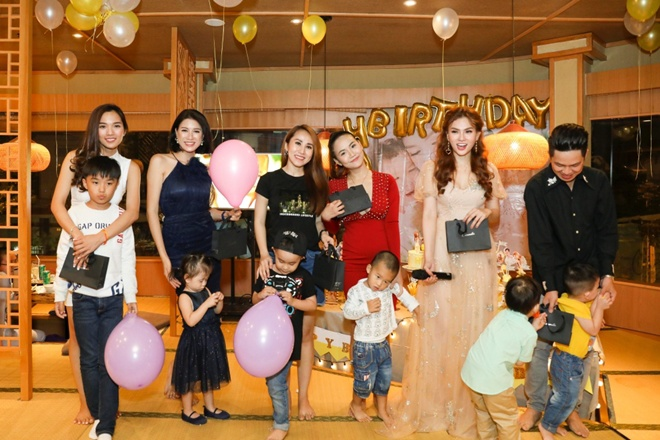 Ngay sau đó các khách mời đã tiến lên sân khấu để hát ca khúc Happy Birthday. Thu Thủy và MC Ngọc Tiên cũng chuẩn bị nhiều trò chơi để mời các bà mẹ bỉm sữa vui đùa cùng các cháu nhỏ.