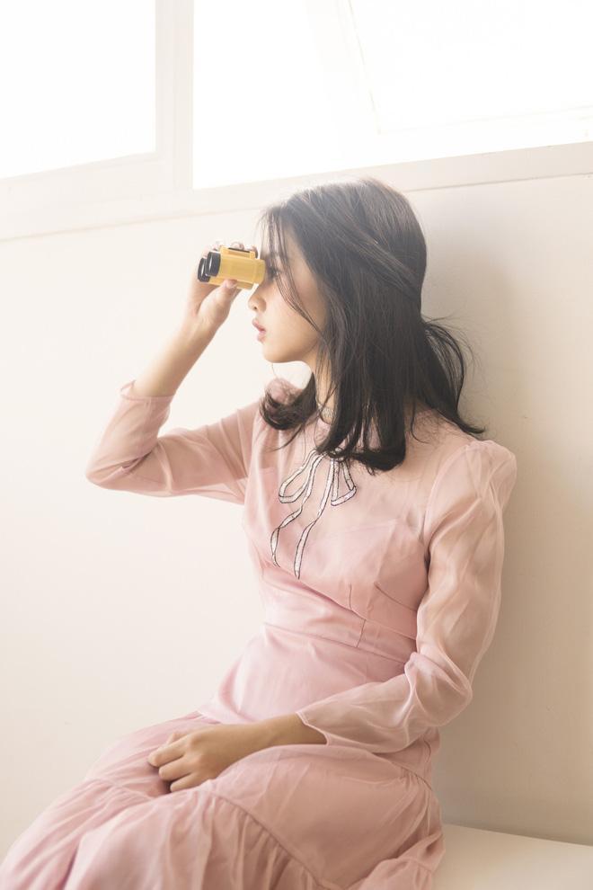 Với mái tóc thẳng được đánh rối cùng những cách tạo dáng, biểu cảm hết sức tự nhiên giúp Thanh Mỹ có được những hình ảnh đẹp nhất trong trang phục ngọt ngào.