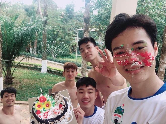 """Văn Toàn lại tiếp tục là """"nạn nhân"""" của màn chúc mừng truyền thống từ các đồng đội U23."""