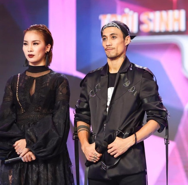 Cặp đôi Phạm Lịch và Anh Khoa trong một Tvshow đang phát sóng.