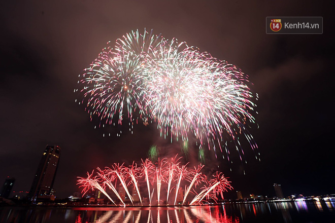 Tại Đà Nẵng, Lễ hội pháo hoa quốc tế Đà Nẵng 2018 được mở màn với tiết mục trình diễn pháo hoa hoành tráng đến từ đội chủ nhà Việt Nam và đội bạn Ba Lan. Ảnh: Trí thức trẻ.