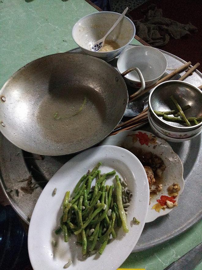 Mâm cơm chỉ còn lại 1 chút rau, đồ ăn mặn đã hết sạch.