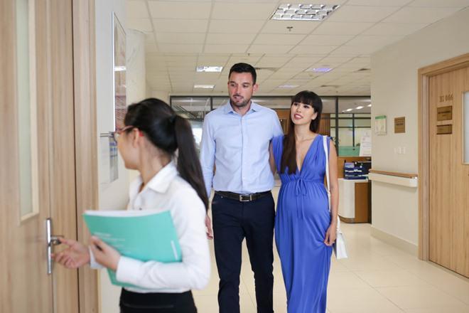 Cặp đôi cho rằng bệnh viện ở Việt Nam cũng có đầy đủ điều kiện và kỹ thuật cũng như bác sĩ chuyên môn cao để chăm sóc tốt nhất cho cả mẹ và bé.