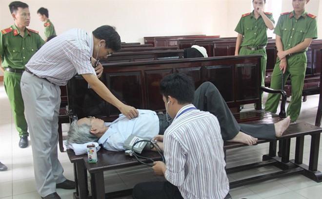 Ông Nguyễn Khắc Thủy nhiều lần phải nhận sự trợ giúp từ lực lượng y tế tại phiên phúc thẩm.