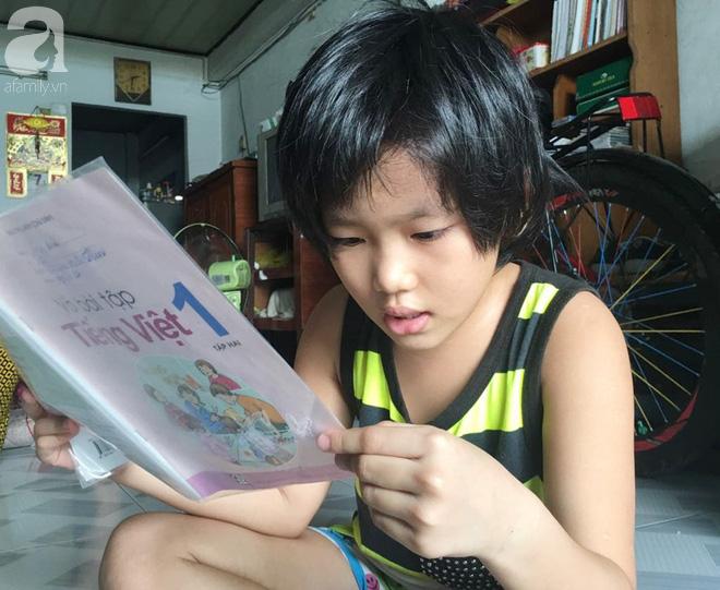 Dù chưa chính thức đi học nhưng Tâm vẫn lấy sách tập đọc ra để nhờ ông bà ngoại chỉ thêm.