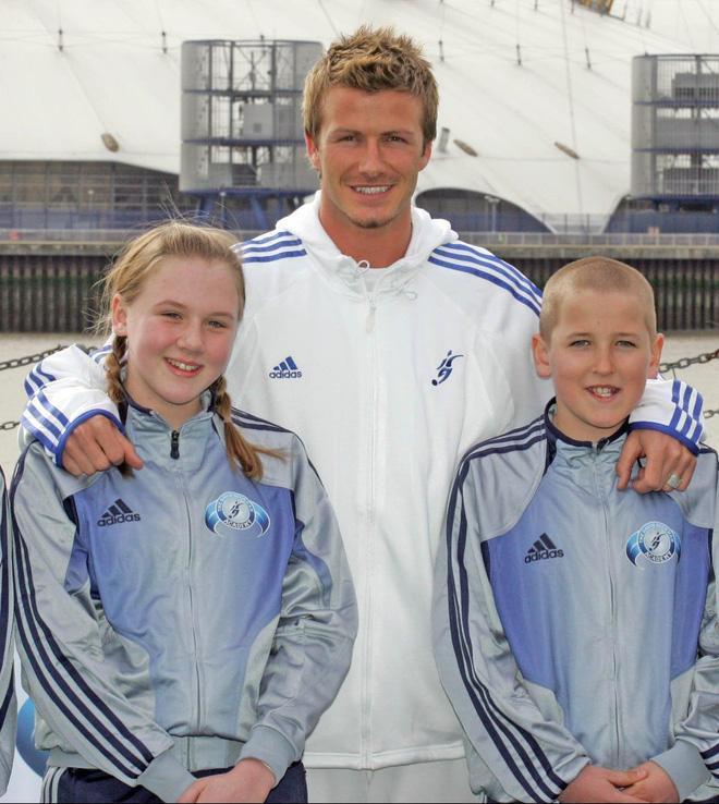 Đây là tấm ảnh cậu Harry Kane cùng cô bạn thuở bé, nàng Kate Goodland đứng cạnh huyền thoại bóng đá thế giới David Beckham năm 2005.