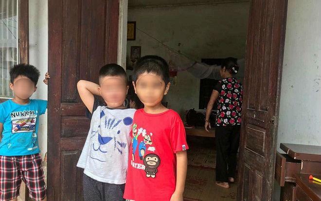 Hai đứa trẻ bị trao nhầm đứng cạnh nhau.
