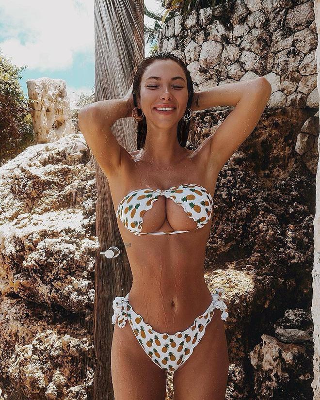 """Không thể phủ nhận, cách diện này tạo ra cảm giác mới mẻ cho bộ bikini truyền thống, tuy nhiên, nhiều người cũng lo ngại về khả năng bị """"lộ hàng"""" khi mặc theo kiểu này."""