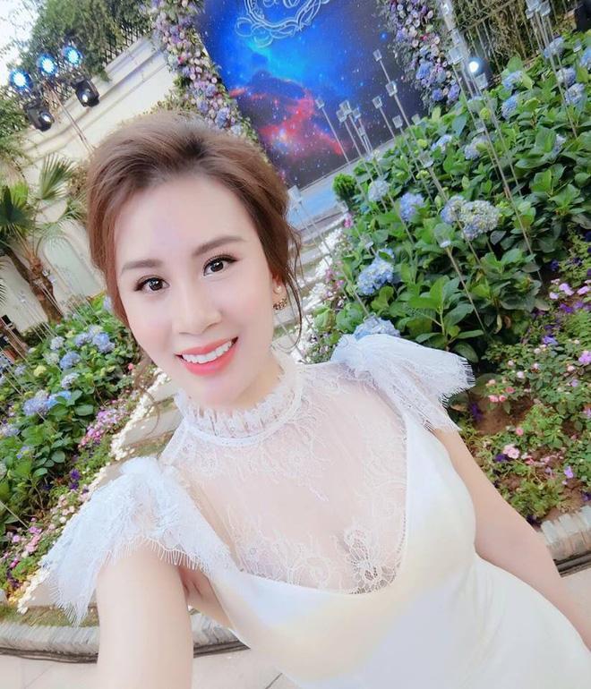 Sau khi lấy chồng, Ngọc Hương đổi sang phong cách quý cô thành đạt.