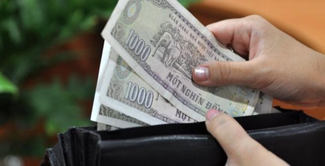 Cả 3 lần thanh toán, chàng trai đều kiên nhẫn chờ lấy lại tiền thừa chỉ 1-2K khiến cô gái cảm thấy khó chịu.