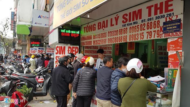 Thị trường SIM 11 số đang nhộn nhịp sát giờ loại SIM này được rút về dạng 10 số. Ảnh:Ngô Minh.