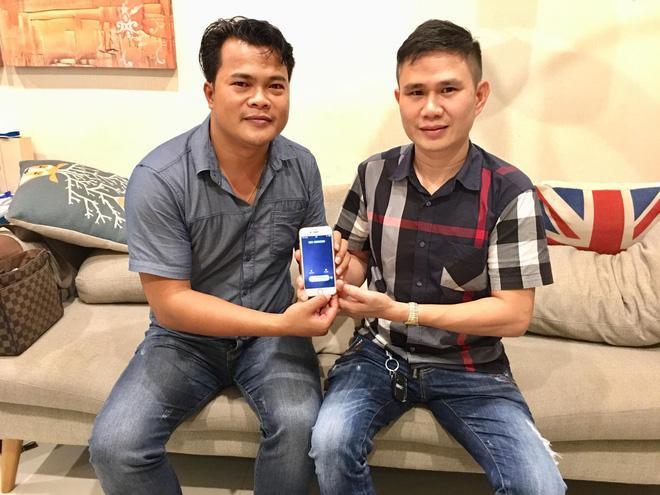 Ông Thái Minh Phương (bên trái) cùng ông Mạnh Tài (bên phải) trong buổi thương thảo mua siêu sim 23 tỷ đồng.