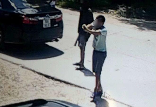 Nam thanh niên rút súng bắn vào 1 nhóm thanh niên khác. Ảnh minh họa.