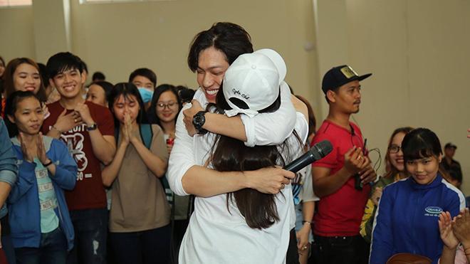 Hình ảnh tại buổi cầu hôn trước hàng nghìn sinh viên.