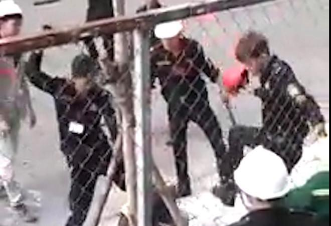 Nhóm bảo vệ hung hăng đánh đập 2 công nhân. Ảnh cắt từ clip.