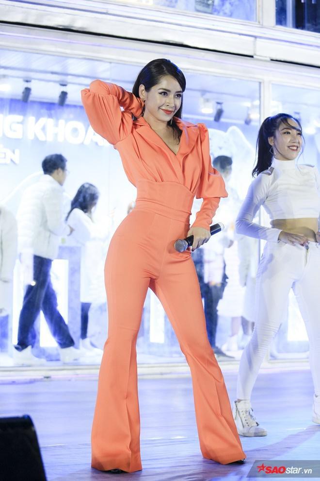 Chi Pu trong trang phục cá tính nhưng không kém phần xinh đẹp, quyến rũ tại đêm nhạc.