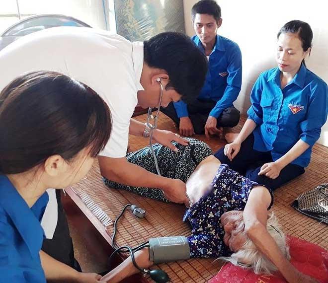 BS Trần Văn Hùng khám, chăm sóc sức khỏe cho mẹ Việt Nam anh hùng Nguyễn Thị Huệ, huyện Thanh Chương.