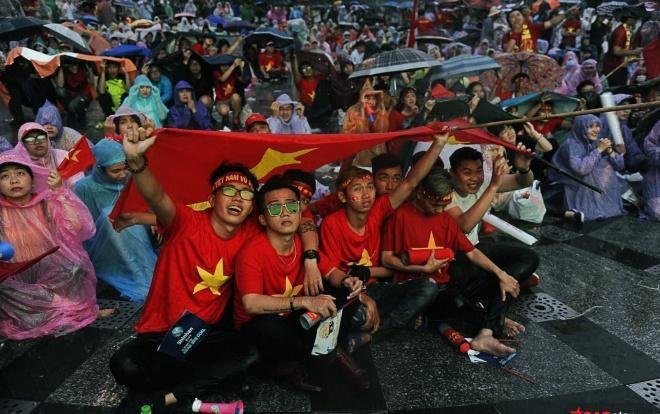 Mưa lớn không hề làm giảm nhiệt không khí bóng đá ở phố đi bộ Nguyễn Huệ.
