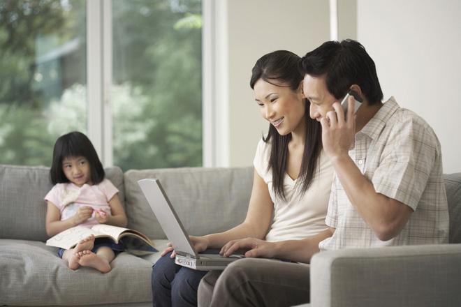 Nhiều bậc cha mẹ yêu máy tính và công việc mà bỏ bê hoặc không mấy quan tâm đến con cái (Ảnh minh họa)