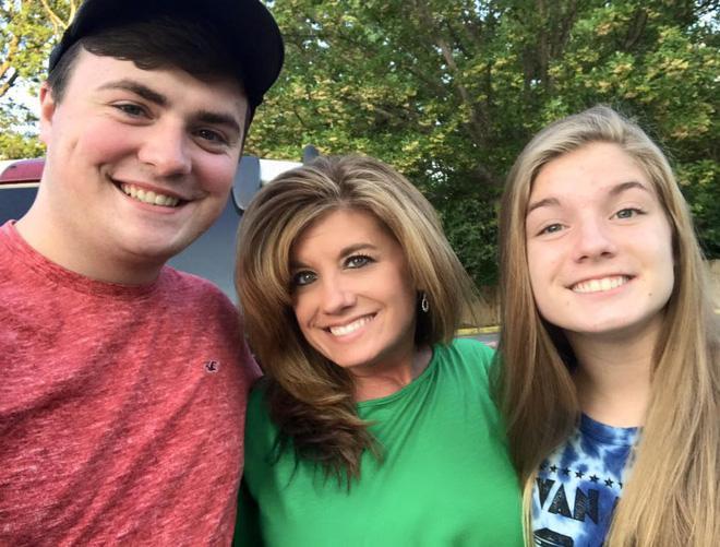 Cô Brown hạnh phúc bên 2 con của mình (Ảnh: Facebook)