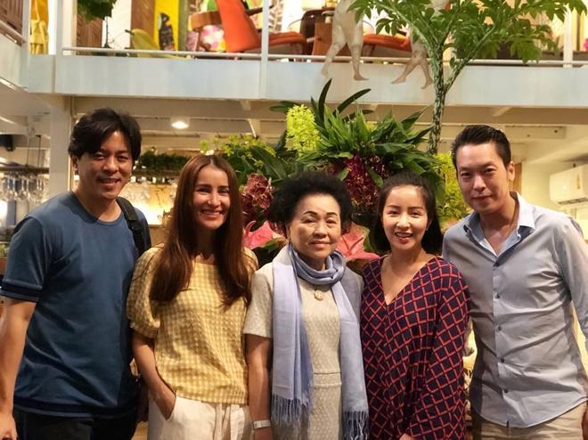 Anne Thongprasom và gia đình của bạn trai lâu năm.