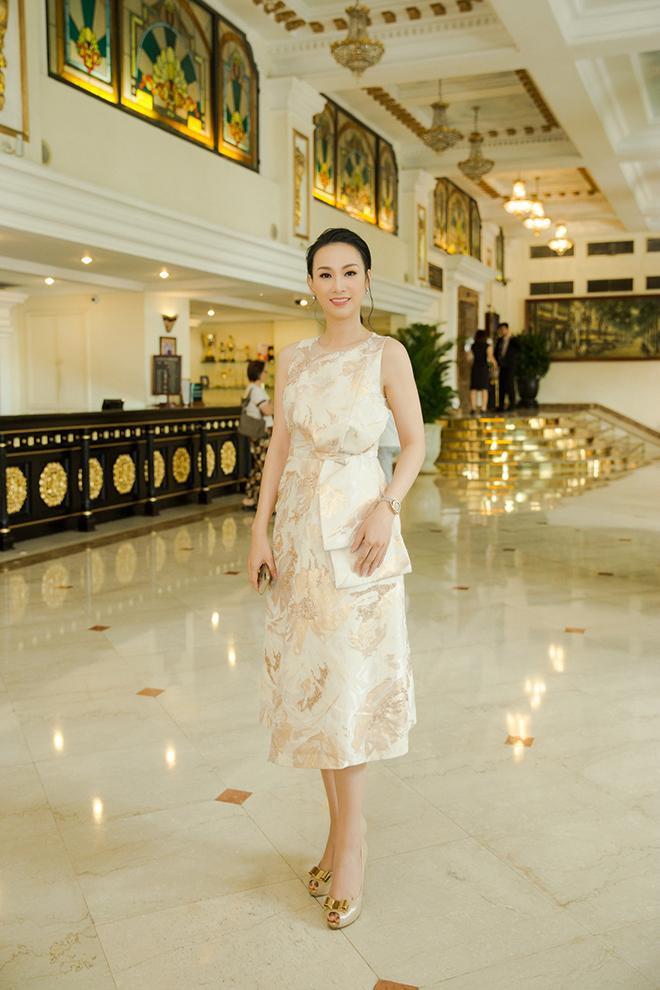Hoa hậu 3 con mặc váy gấm màu vàng và dùng đồng hồ đắt tiền ra sân bay đón Hoa hậu Áo 2018