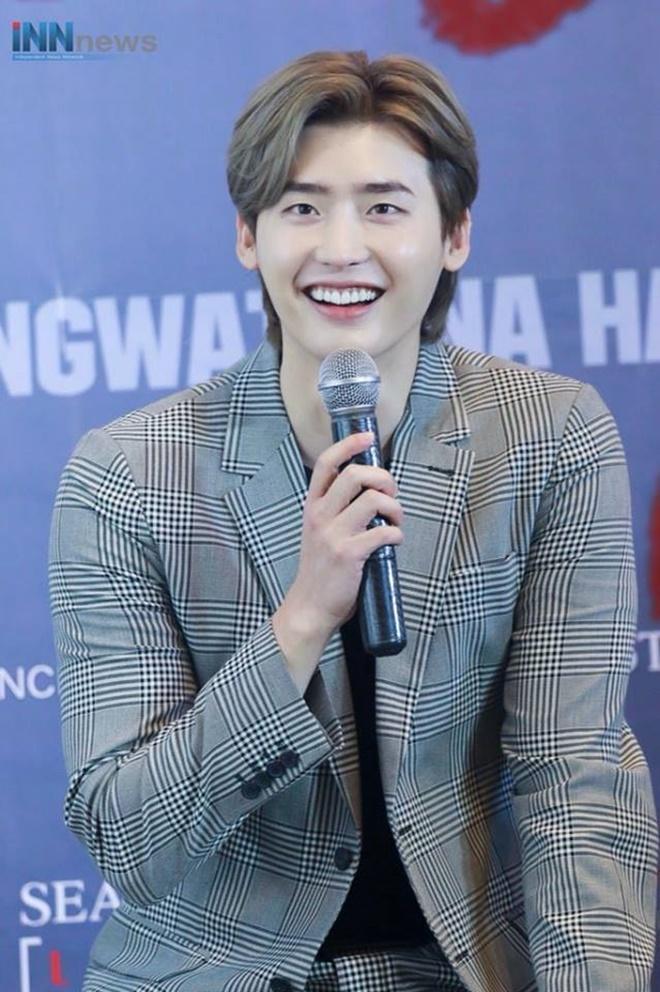 Netizen Thái bấn loạn vì chàng fanboy quen quen này tại fanmeeting của Lee Jong Suk ảnh 1