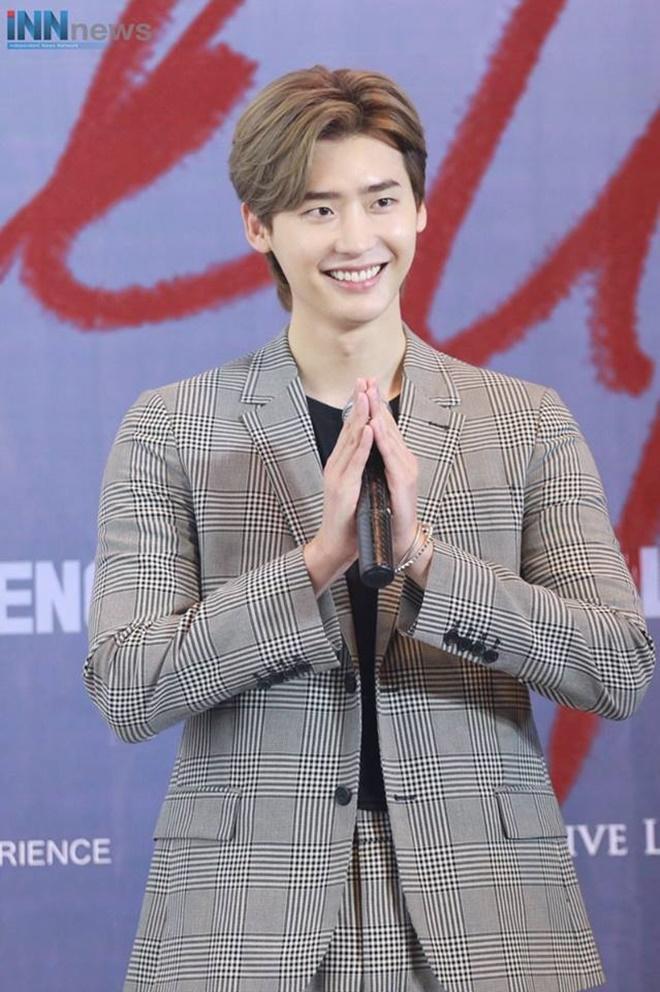 Netizen Thái bấn loạn vì chàng fanboy quen quen này tại fanmeeting của Lee Jong Suk ảnh 0
