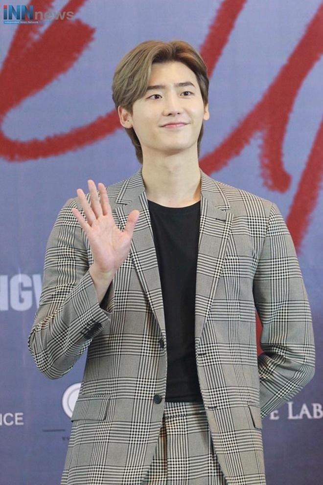 Netizen Thái bấn loạn vì chàng fanboy quen quen này tại fanmeeting của Lee Jong Suk ảnh 2