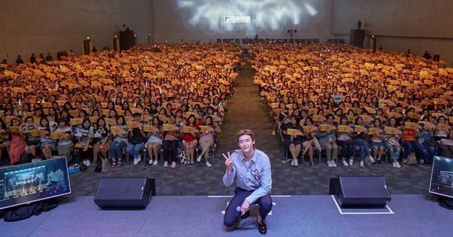 Netizen Thái bấn loạn vì chàng fanboy quen quen này tại fanmeeting của Lee Jong Suk ảnh 12