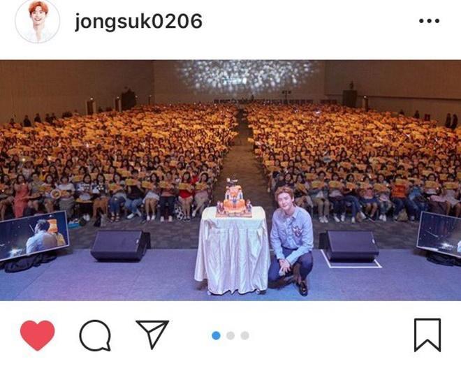 Chúc mừng chàng fanboy Thái Lan may mắn, vừa được chup hình chung vừa được xuất hiện trên Instagram của thần tượng nhé!