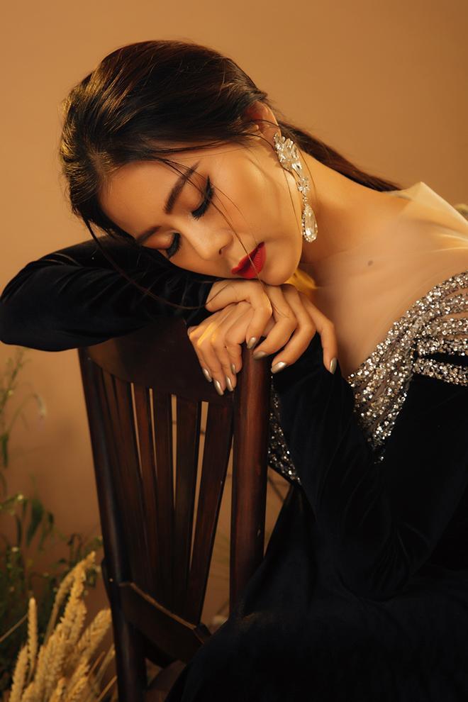 Nam Thư tiếp tục làm mới bản thân mình khi thực hiện một bộ ảnh với tà áo dài truyền thống.