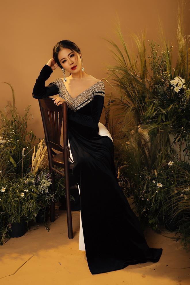 """Những chiếc áo dài được cách điệu ở phần cổ, tay áo giúp tôn lên vẻ hiện đại, trẻ trung của """"kiều nữ làng hài"""" nhưng vẫn giữ được những nét đẹp nền nã của người con gái xưa."""