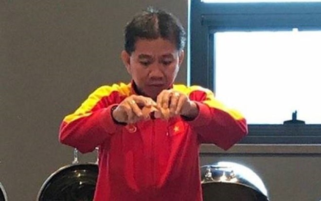 HLV Hoàng Anh Tuấn vào bếp nấu cháo cho các cầu thủ U19 Việt Nam ăn đêm.