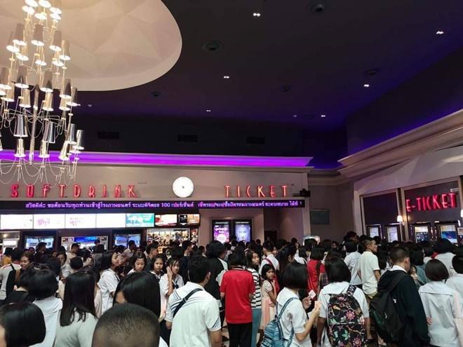 'Nữ thần rắn 2' thu về 145 tỷ đồng sau 2 ngày, hàng người đợi mua vé xếp dài như toa tàu ảnh 5