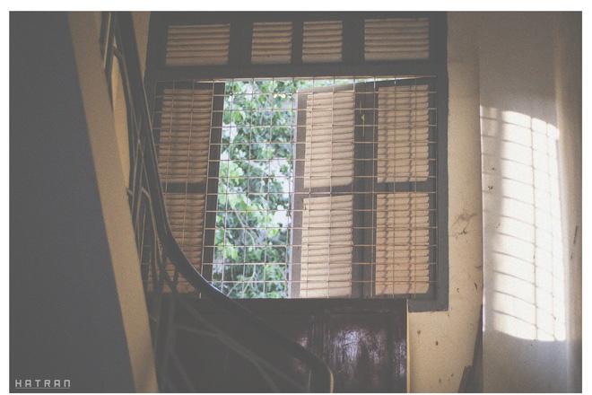 Cửa sổ cũ kỹ của dãy nhà D