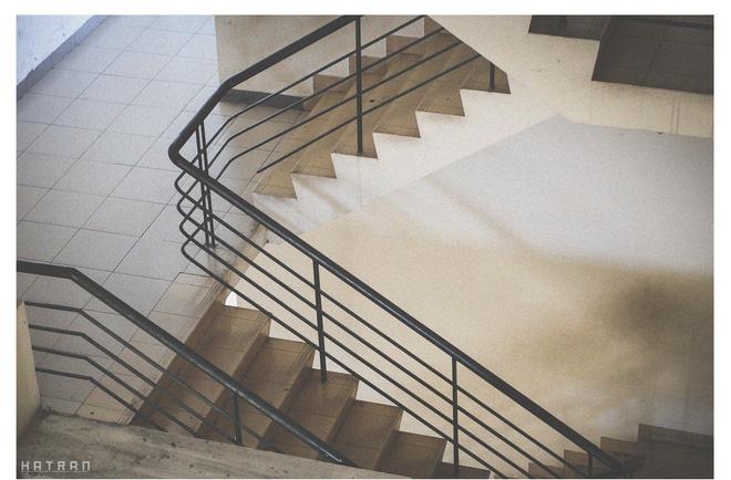 Cầu thang nhỏ, nơi hàng ngày in dấu chân của biết bao cô cậu sinh viên