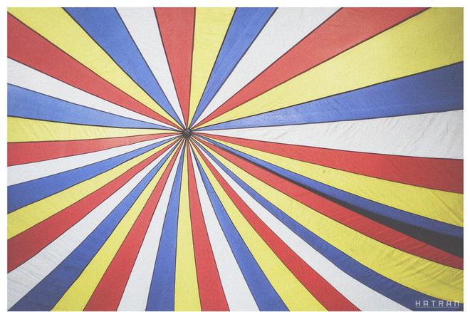 Mái che đầy sắc màu bên ngoài