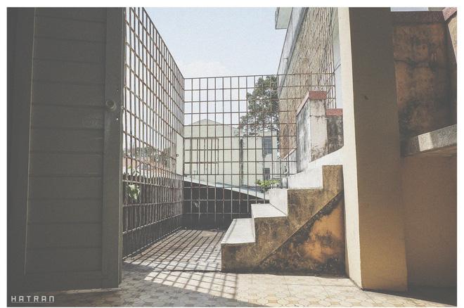 Cầu thang cũ bám đầy rêu, một trong những nét chấm phá đặc biệt của trường Khoa học tự nhiên