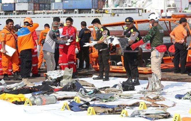 Đội cứu hộ trục vớt các vật dụng của hành khách và đánh dấu theo thứ tự. Ảnh: EPA