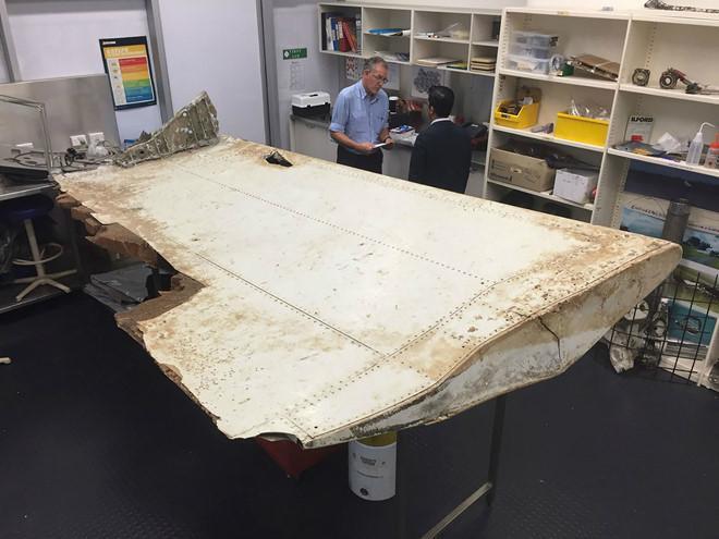 Mảnh cánh máy bay dài 2m của MH370 được tìm thấy ở Tanzania, được chuyên gia ở Canberra, Australia xác định vào tháng 9/2016. Ảnh: AFP/Getty.