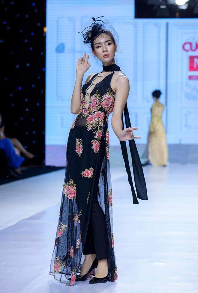 """Tối qua (ngày 30/10), giải Đồng Siêu mẫu Đông Hạ đã tham gia show thời trang của NTK Văn Thành Công. Cô thể hiện thiết kế áo dài cách tân màu đen nằm trong BST """"Dạ tiệc áo dài"""", đây là BST anh đã dày công đầu tư và sáng tạo sau 10 năm."""