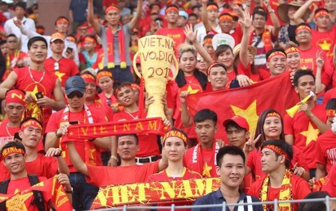 Nhiều CĐV Việt Nam sang Lào cổ vũ cho đội nhà.