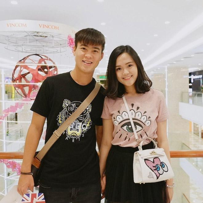 Nhắc đến cặp đôi Duy Mạnh - Nguyễn Quỳnh Anh (SN 1996), CĐV Việt Nam vẫn nhớ đến khoảnh khắc nam cầu thủ cầm chai nước ra đằng sau cánh gà cho bạn gái.
